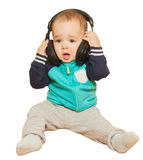 Το μικρό παιδί έπαιξε με τα ακουστικά και το πληκτρολόγιο Στοκ φωτογραφία με δικαίωμα ελεύθερης χρήσης