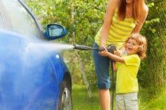 Το μικρό παιδί ήταν το αυτοκίνητο Στοκ Εικόνες