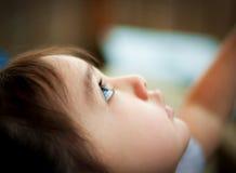 Το μικρό παιδί ανατρέχει στον αέρα Στοκ φωτογραφίες με δικαίωμα ελεύθερης χρήσης