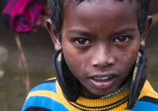 Το μικρό παιδί εξετάζει τη κάμερα Στοκ φωτογραφία με δικαίωμα ελεύθερης χρήσης