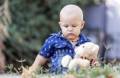 Το μικρό παιδί κρατά το αγαπημένο παιχνίδι του στοκ φωτογραφία