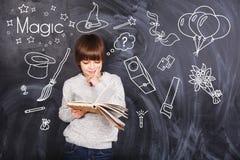 Το μικρό παιδί μαθαίνει μαγικό Στοκ Εικόνες