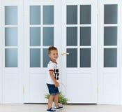 Το μικρό παιδί με ένα καλάθι λουλουδιών Στοκ Φωτογραφίες