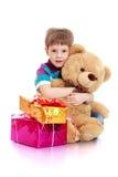 Το μικρό παιδί με μια teddy αρκούδα Στοκ εικόνες με δικαίωμα ελεύθερης χρήσης