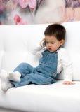 Το μικρό παιδί μιλά στο τηλέφωνο κυττάρων Στοκ φωτογραφία με δικαίωμα ελεύθερης χρήσης