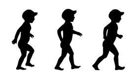 Το μικρό παιδί που περπατά στις σκιαγραφίες παραλιών έθεσε 1 Στοκ εικόνα με δικαίωμα ελεύθερης χρήσης