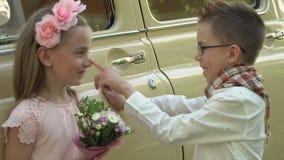 Το μικρό παιδί που φορά τα γυαλιά κάνει τις προόδους στο κορίτσι απόθεμα βίντεο