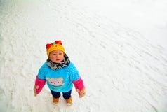 Το μικρό παιδί στο κρύο χιόνι στοκ εικόνα