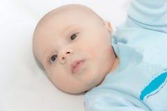 Το μικρό παιδί στο μπλε μια ΚΑΠ Στοκ Εικόνα