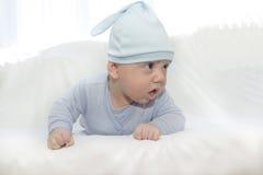 Το μικρό παιδί στο μπλε μια ΚΑΠ Στοκ φωτογραφίες με δικαίωμα ελεύθερης χρήσης