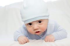 Το μικρό παιδί στο μπλε μια ΚΑΠ Στοκ εικόνα με δικαίωμα ελεύθερης χρήσης