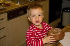 Το μικρό παιδί τρώει το ψωμί Στοκ φωτογραφία με δικαίωμα ελεύθερης χρήσης