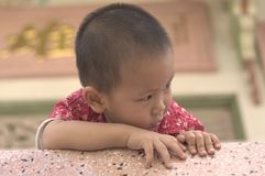 Το μικρό παιδί φαίνεται sideway Στοκ εικόνα με δικαίωμα ελεύθερης χρήσης