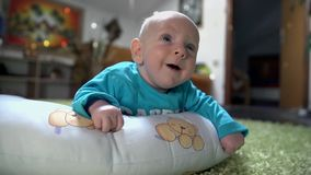 Το μικρό παιδί χαμογελά στους γονείς του φιλμ μικρού μήκους