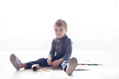 Το μικρό παιδί χρωματίζει μια εικόνα των κραγιονιών Στοκ φωτογραφίες με δικαίωμα ελεύθερης χρήσης