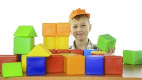 Το μικρό παιδί χτίζει ένα σπίτι των φραγμών των παιδιών Στοκ φωτογραφίες με δικαίωμα ελεύθερης χρήσης