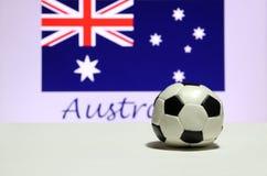 Το μικρό ποδόσφαιρο στο άσπρο πάτωμα και το αυστραλιανό έθνος σημαιοστολίζουν με το κείμενο του υποβάθρου της Αυστραλίας στοκ φωτογραφίες με δικαίωμα ελεύθερης χρήσης