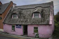 Το μικρό ρόδινο εξοχικό σπίτι με η στέγη στοκ εικόνες