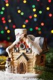 Το μικρό σπίτι νεράιδων Χριστουγέννων με το χιονάνθρωπο, έλατο διακλαδίζεται στο υπόβαθρο γιρλαντών bokeh Στοκ εικόνες με δικαίωμα ελεύθερης χρήσης