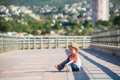 Το μικρό χαριτωμένο αγόρι κάθεται σε ένα έδαφος στοκ φωτογραφίες με δικαίωμα ελεύθερης χρήσης