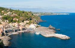 Το μικρό χωριό θάλασσας του Λα Scala της Σάντα Μαρία (κοντά στην Κατάνια) στη Σικελία Στοκ Φωτογραφίες