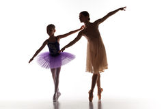 Το μικρό ballerina που χορεύει με τον προσωπικό δάσκαλο μπαλέτου στο στούντιο χορού Στοκ φωτογραφία με δικαίωμα ελεύθερης χρήσης