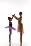 Το μικρό ballerina που χορεύει με τον προσωπικό δάσκαλο μπαλέτου στο στούντιο χορού Στοκ εικόνες με δικαίωμα ελεύθερης χρήσης
