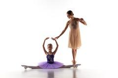 Το μικρό ballerina που χορεύει με τον προσωπικό δάσκαλο μπαλέτου στο στούντιο χορού Στοκ Φωτογραφία
