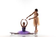 Το μικρό ballerina που χορεύει με τον προσωπικό δάσκαλο μπαλέτου στο στούντιο χορού Στοκ Εικόνες