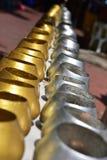 Το μικρό monk& x27 ασήμι χρώματος κύπελλων ελεημοσυνών του s και χρυσός στοκ εικόνες