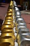 Το μικρό monk& x27 ασήμι χρώματος κύπελλων ελεημοσυνών του s και χρυσός στοκ φωτογραφίες