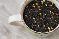 Το μικτό τσάι χύνεται στο φλυτζάνι στοκ εικόνα με δικαίωμα ελεύθερης χρήσης