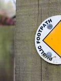 Το μισό από ένα σημάδι σε μια ξύλινη θέση που λέει το δημόσιο μονοπάτι με Semi-C Στοκ φωτογραφία με δικαίωμα ελεύθερης χρήσης