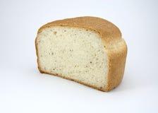 Το μισό από το στρογγυλό άσπρο ψωμί με τα χορτάρια και τα καρυκεύματα Στοκ Φωτογραφίες