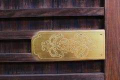Το μισό από το χρυσό ποθημένο σχέδιο στην πόρτα ναών Asakusa στην Ιαπωνία Στοκ φωτογραφία με δικαίωμα ελεύθερης χρήσης