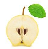Το μισό από το ώριμο Apple-κυδώνι με το φύλλο που απομονώνεται Στοκ Εικόνα