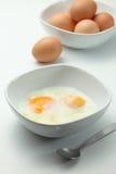 Το μισό βράζει το αυγό Στοκ Φωτογραφία