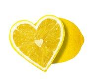 Το μισό του λεμονιού υπό μορφή καρδιάς στοκ εικόνα με δικαίωμα ελεύθερης χρήσης