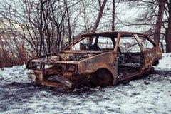Το μμένο αυτοκίνητο μετά από μια πυρκαγιά συνέβη στο χειμερινό πάρκο Στοκ Φωτογραφία