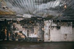 Το μμένο εσωτερικό σπιτιών μέσα, ο διάδρομος μετά από την πυρκαγιά ή την έκρηξη ή ο τρομοκράτης επιτίθενται Στοκ Εικόνες