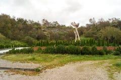 Το μνημείο στα θύματα του ολοκαυτώματος στο υπόβαθρο ο Στοκ Εικόνες