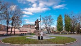 Το μνημείο στον ιερό απόστολο Andrew πρώτος-που καλούν στο επάνω strelka πάρκων πόλεων timelapse hyperlapse σε Kharkov φιλμ μικρού μήκους