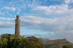 Το μνημείο του Nelson στο Hill Calton στο Εδιμβούργο με τη θάλασσα Arthurs Στοκ εικόνες με δικαίωμα ελεύθερης χρήσης