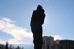 Το μνημείο Anthov Popov στο amphist πυροβόλησε πίσω στην πόλη Petrich στον ηλιακό βάτραχο στοκ φωτογραφία