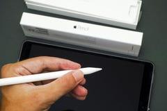 Το μολύβι της Apple δίνει προσωπικά με τη Apple iPad υπέρ 10 5 και μολύβι Στοκ εικόνα με δικαίωμα ελεύθερης χρήσης