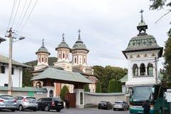 Το μοναστήρι, που βρίσκεται ιερό κοντά στο κάστρο Peles σε Sinaia, στη Ρουμανία στοκ εικόνες