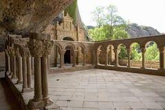 Το μοναστήρι του San Juan de Λα Pena, Jaca, Jaca, Huesca, Ισπανία, που χαράζεται από την πέτρα κάτω από έναν μεγάλο απότομο βράχο στοκ εικόνα