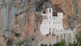 Το μοναστήρι Ostrog είναι ένα μοναστήρι της σερβικής Ορθόδοξης Εκκλησίας που τοποθετείται ενάντια σε έναν σχεδόν κάθετο βράχο Ost απόθεμα βίντεο
