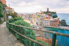 Το μονοπάτι για βάδισμα που αγνοεί τη ζωηρόχρωμη πόλη Vernazza και της μαρίνας στη Μεσόγειο σε Cinque Terre της Ιταλίας Στοκ φωτογραφία με δικαίωμα ελεύθερης χρήσης