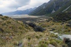Το μονοπάτι για βάδισμα στις μπλε λίμνες και την άποψη παγετώνων Tasman, Aoraki/τοποθετεί Cook με τον ποταμό Tasman που βλέπει στ Στοκ φωτογραφίες με δικαίωμα ελεύθερης χρήσης